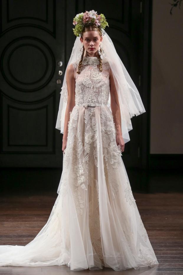Vestido de organza con apliques florales y escote barco. Bateau neck floral appliqué organza wedding dress.