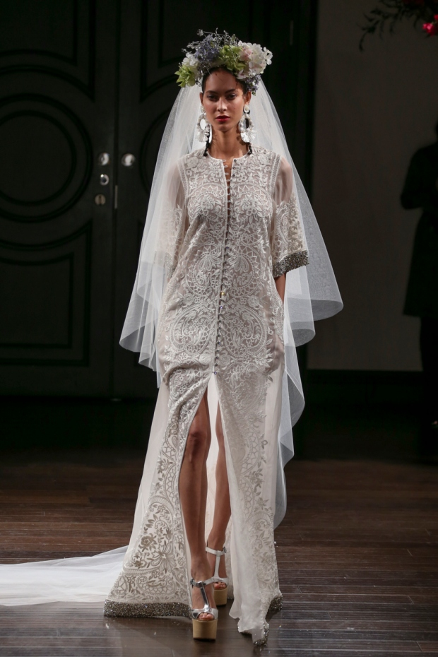 Caftán de organza bordado. Embroidered organza caftan with jeweled cuff and hem.