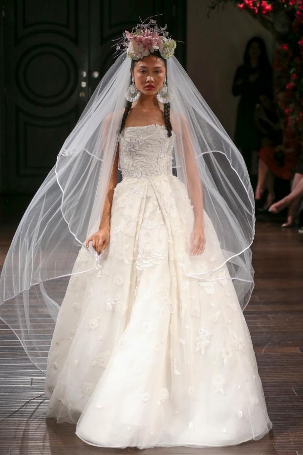 Vestido princesa de organza con escote palabra de honor. Strapless embroidered organza ballgown.