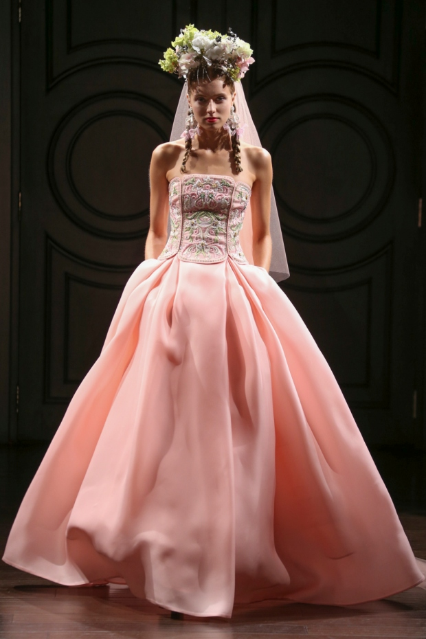Vestido de novia rosa con corset bordado sin tirantes. Pink gazaar wedding dress with beading and long sleeves.