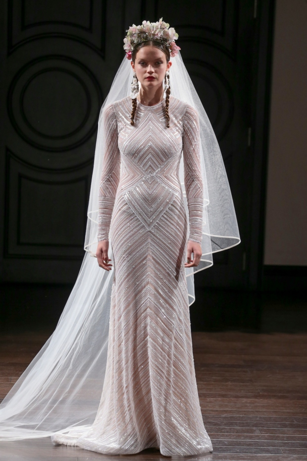 Vestido con líneas adornadas con pedrería de manga larga. Beaded chevron stripe wedding dress with long sleeves.